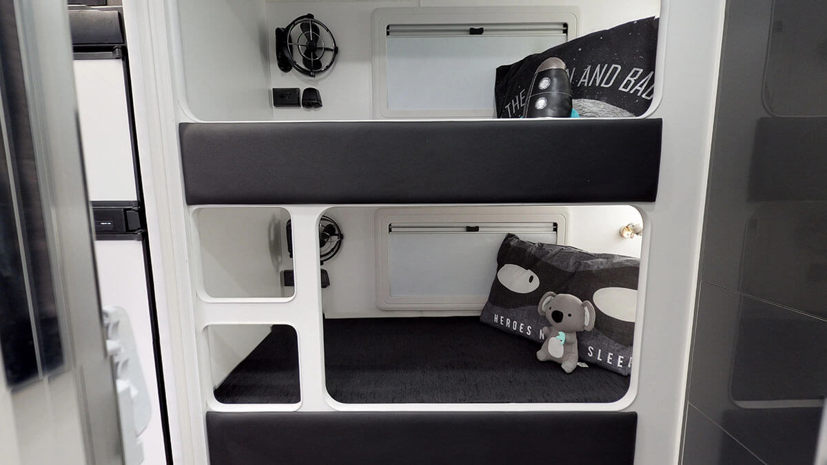 21ft-Platinum-RV-2019-FBunks (13)