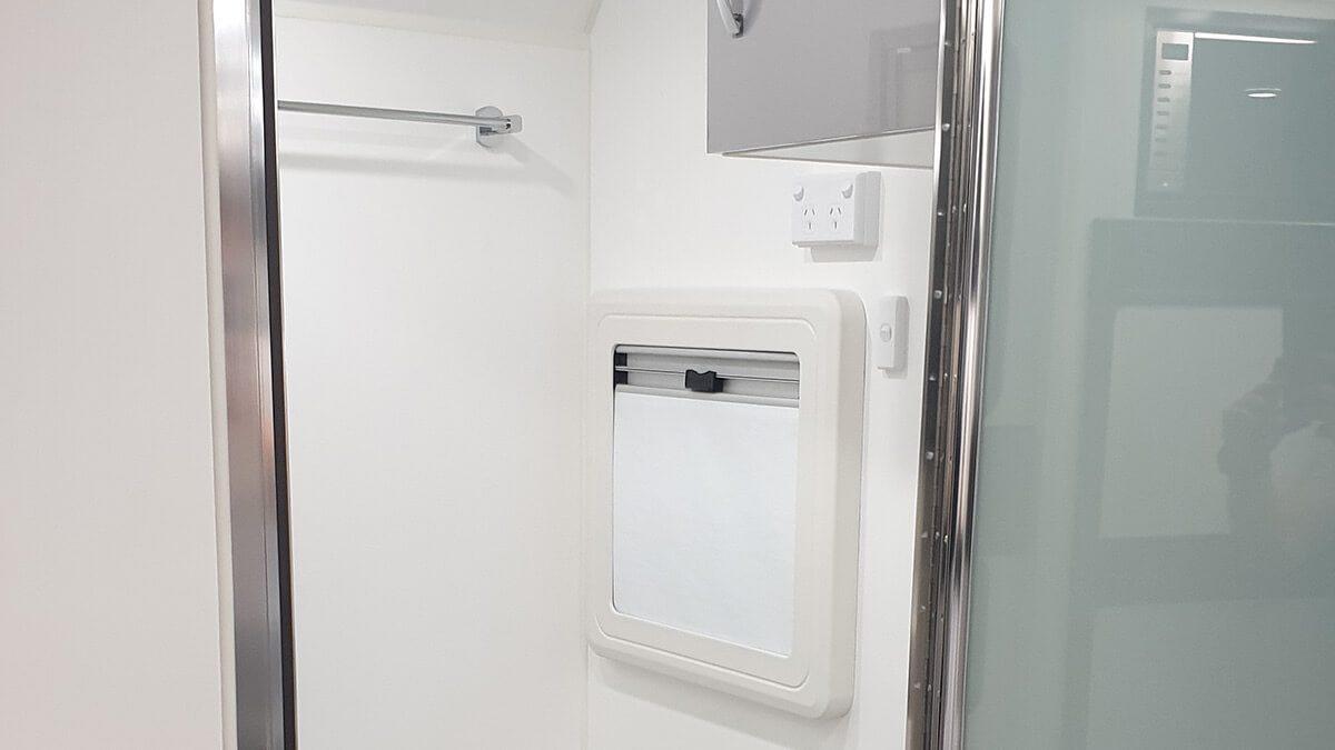 gdg2011-21ft-ultimate-design-rear-door-internal-photo-16